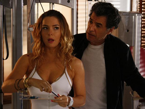 Com um corpão de fazer inveja, Cris seduz Jonas e promove separação (Foto: A Vida da Gente - Tv Globo)