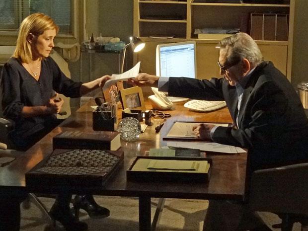 Eliseu entrega a Júlia as receitas dos exames que Dulce precisa fazer (Foto: Morde & Assopra/TV Globo)