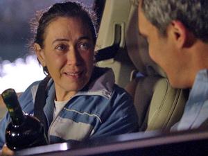 Griselda recebe azeite de presente de René (Foto: Fina Estampa/ TV Globo)