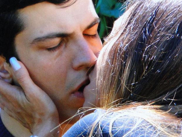 Amanda beija Ícaro durante a conversa (Foto: Morde & Assopra/TV Globo)