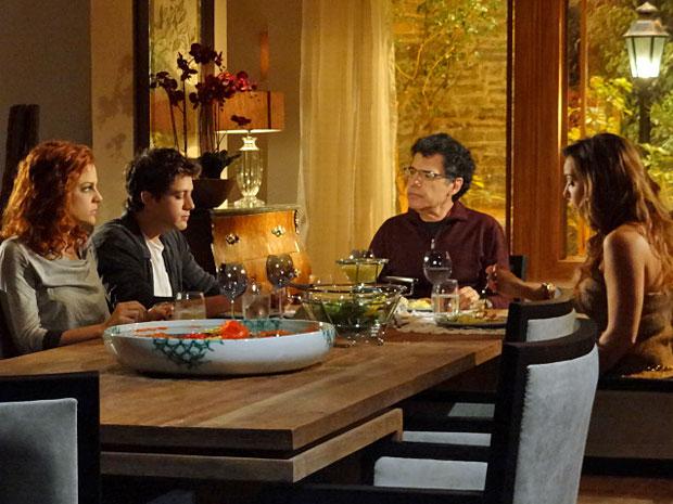 Jonas leva um susto ao saber que Eva teve um filho (Foto: A Vida da Gente/TV Globo)