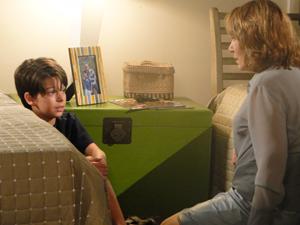 A médica é dura ao falar com o menino (Foto: Fina Estampa/TV Globo)