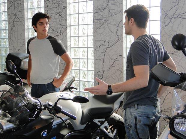 Leandro recebe as instruções do que terá que fazer no ferro velho do Cardoso (Foto: Fina Estampa/TV Globo)