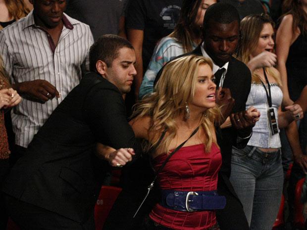 Teodora tenta invadir o octógono (Foto: Fina Estampa / TV Globo)