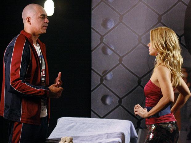 O treinador de Wallace expulsa Teodora do vestiário (Foto: Fina Estampa / TV Globo)
