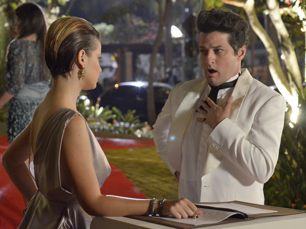 O mordomo foi alertado por Vanessa, que viu Antenor embriagado nos jardins (Foto: Fina Estampa/TV Globo)