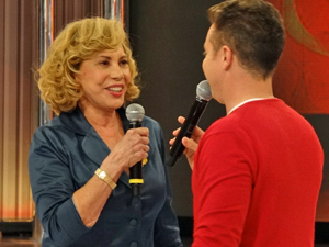 Luciano Huck entrevista dona Vilma pouco antes da performance (Foto: Fina Estampa/ TV Globo)