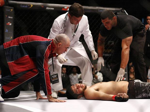 Wallace apaga no meio da luta (Foto: Fina Estampa / TV Globo)