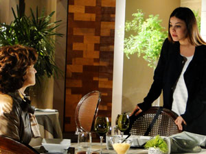 Revoltada com a frieza da mãe, Alice a enfrenta e faz questão de pagar a conta (Foto: A Vida da Gente - Tv Globo)