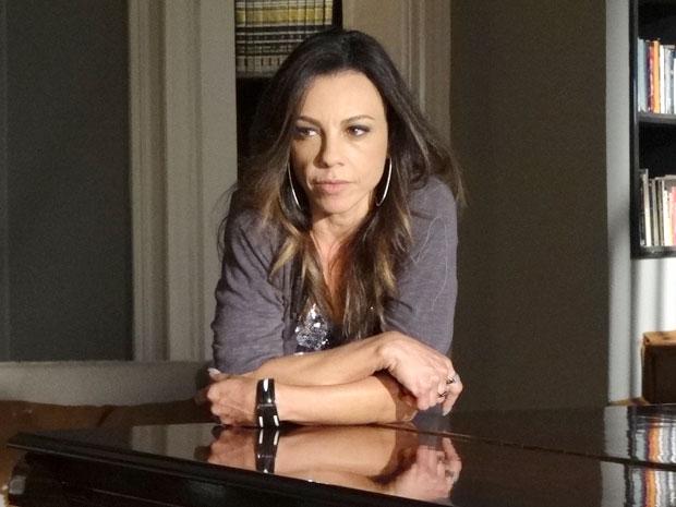 Amanda só tem olhos para o dinheiro de Ícaro (Foto: Morde & Assopra/TV Globo)