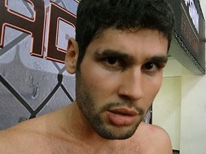 O ator raspou parte da sobrancelha direita (Foto: Fina Estampa / TV Globo)