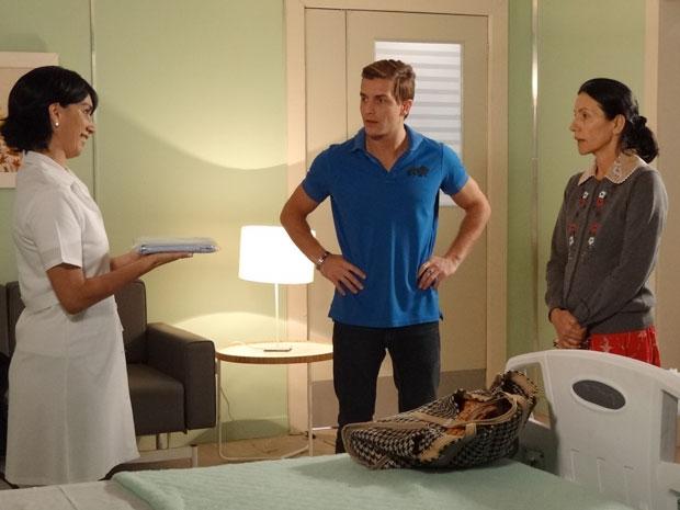 Dulce é recebida por uma enfermeira no quarto em que ficará internada (Foto: Morde & Assopra/TV Globo)