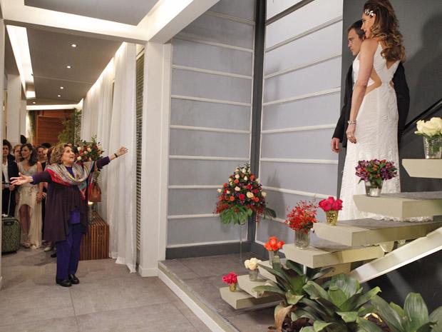 Íris surpreende a todos ao aparecer no meio da festa (Foto: Fina Estampa/TV Globo)
