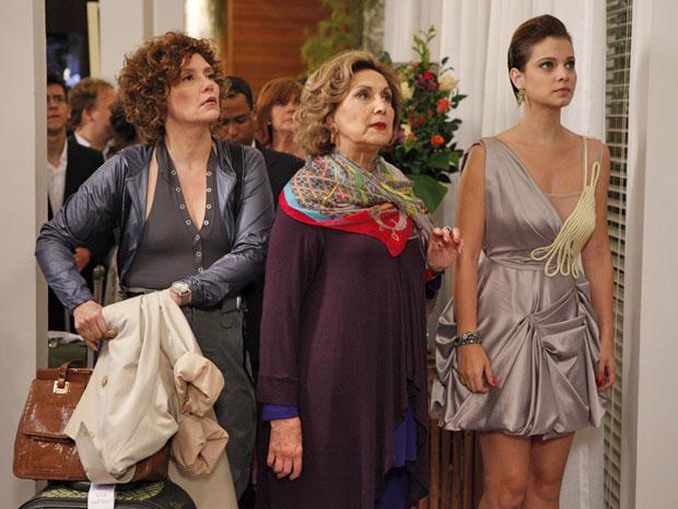 Vanessa fica pasma ao ouvir de Tereza Cristina que está demitida (Foto: Fina Estampa/TV Globo)