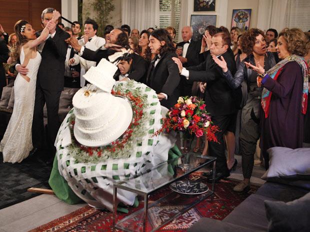 Antenor derruba o bolo da festa de Tereza Cristina e René Velmont (Foto: Fina Estampa/TV Globo)