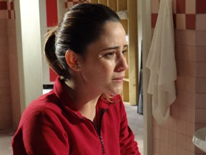 Arrasada, Ana não consegue refletir sobre a derrota (Foto: A Vida da Gente - Tv Globo)