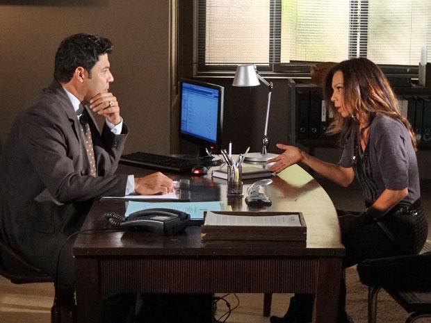 Amanda consulta Aquiles para saber dos direitos de Rafael (Foto: Morde & Assopra/TV Globo)