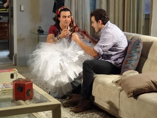 Áureo ganha a ajuda de Josué para bordar o vestido de Celeste (Foto: Morde & Assopra/TV Globo)