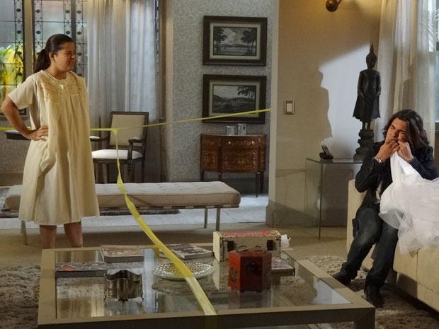 Selma flagra Áureo desmanchando bordado do vestido (Foto: Morde & Assopra/TV Globo)