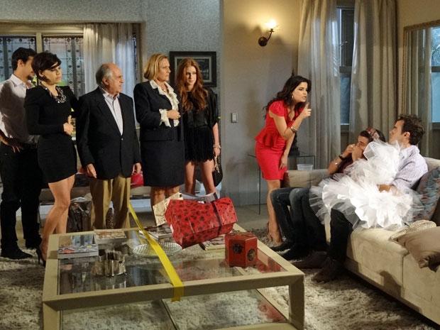 Celeste não aceita ver Josué ao lado de Áureo (Foto: Morde & Assopra/TV Globo)