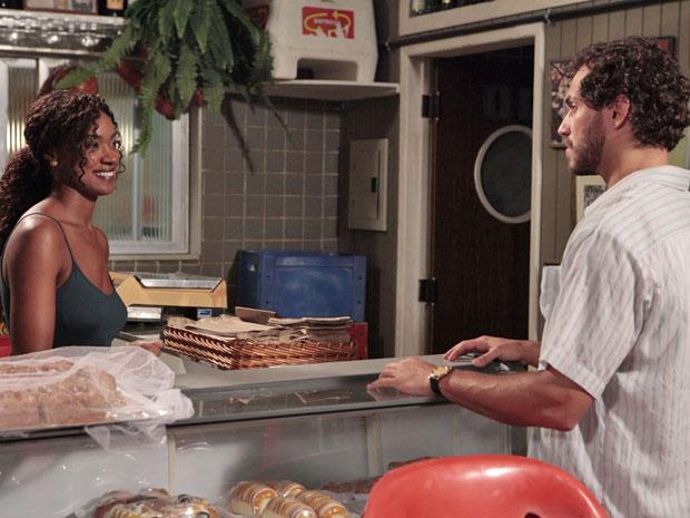 Dagmar diz a Guaracy que ele é bonito, mas precisa de uma repaginada (Foto: Fina Estampa/TV Globo)