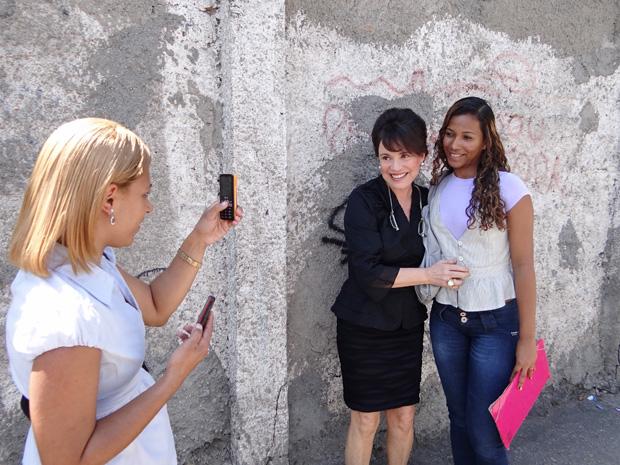 Fã tira foto com a atriz Regina Duarte antes da gravação (Foto: OAstro/TVGlobo)