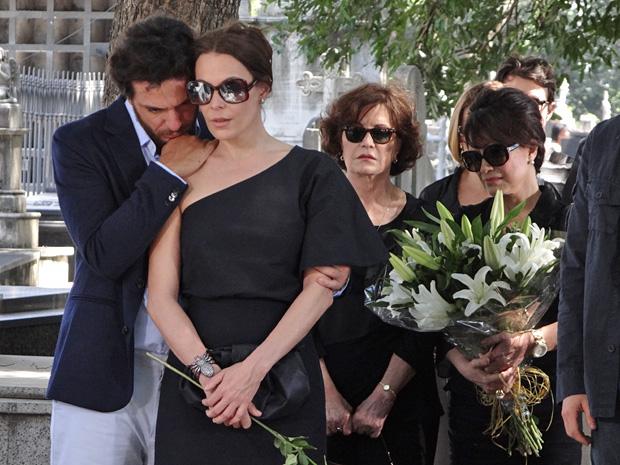 Enterro foi marcado por muita emoção (Foto: OAstro/TVGlobo)