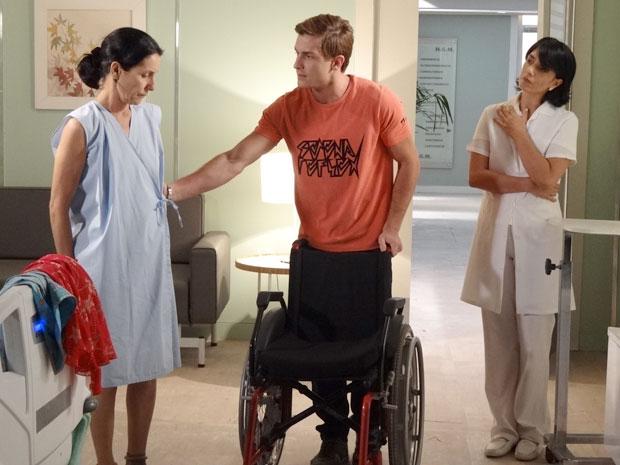 Dulce não quer se sentar em uma cadeira de rodas (Foto: Morde & Assopra/TV Globo)
