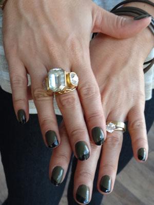 No detalhe, as unhas pintadas de preto e verde (Foto: A Vida da Gente - Tv Globo)