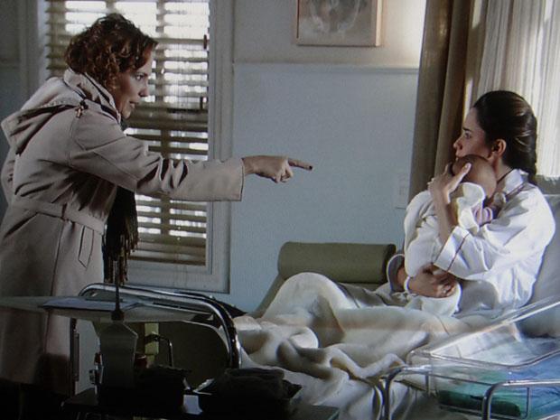 Eva obriga Ana a sustentar mentira de que Julia é sua irmã (Foto: A Vida da Gente - Tv Globo)