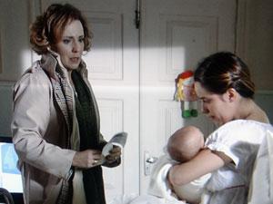 Eva mostra o registro de Julia como sua filha (Foto: A Vida da Gente - Tv Globo)