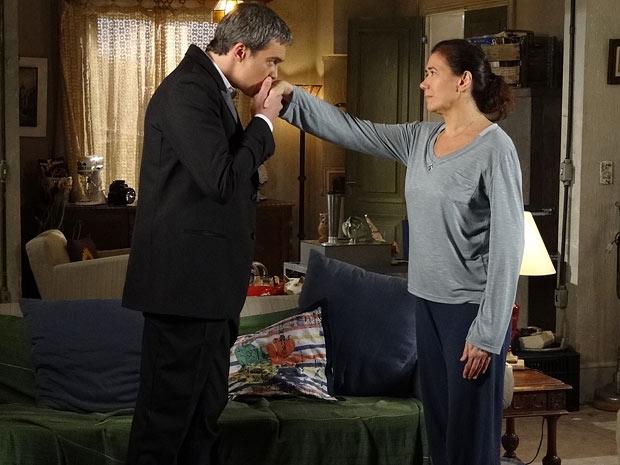 René consola Griselda e beija a mão da faz-tudo (Foto: Fina Estampa / TV Globo)