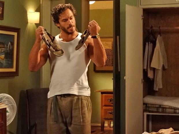 Guaracy faz arrumação no armário após conselho de Dagmar (Foto: Fina Estampa/TV Globo)