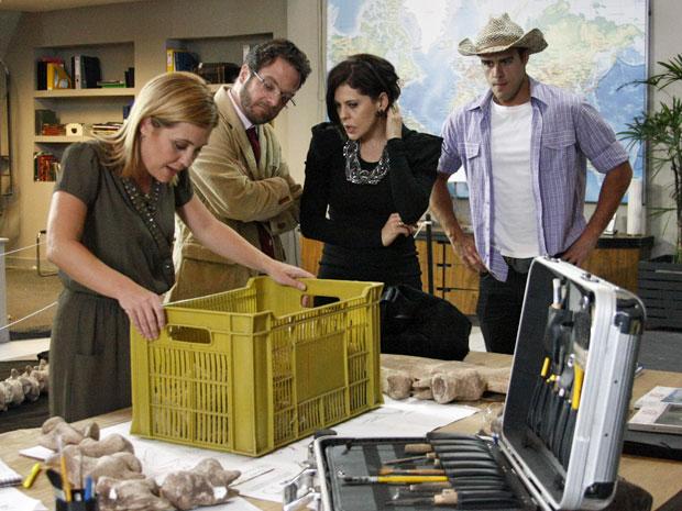 Júlia encontra fóssil igual ao do desenho enviado pela fundação (Foto: Morde & Assopra/TV Globo)