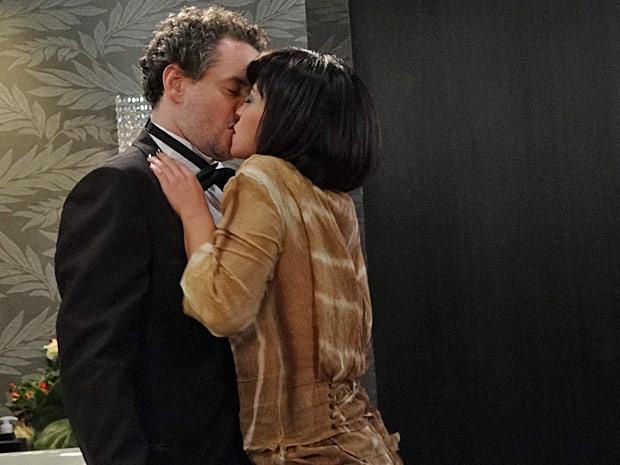 Marcela surpreende Paulo com um beijaço (Foto: Fina Estampa/TV Globo)
