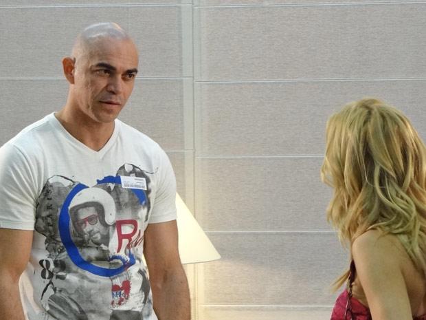 Clint desconfia de Teodora e a coloca contra a parede (Foto: Fina Estampa/TV Globo)