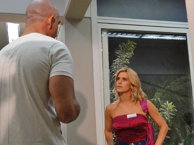 Teodora mente para Clint sem pensar duas vezes (Foto: Fina Estampa/TV Globo)