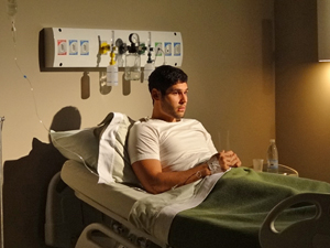 Wallace fica tenso com mistério sobre seu problema de saúde (Foto: Fina Estampa/TV Globo)