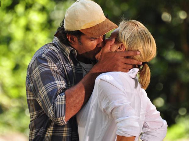 abner e júlia se beijam (Foto: Morde & Assopra / TV Globo)