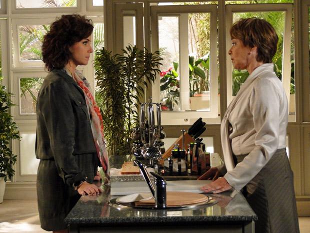 Regina aconselha Claudia a terminar relacionamento com Rubinho (Foto: Aquele Beijo/ TV Globo)