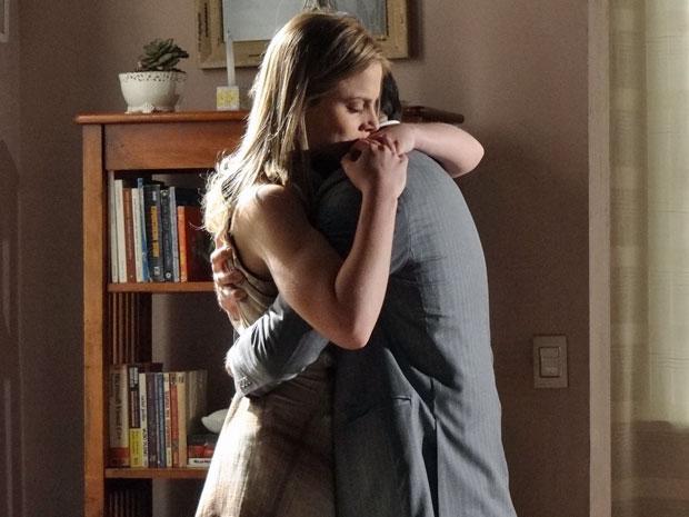 Francisco concorda com Melissa e os dois se abraçam (Foto: Morde & Assopra/TV Globo)