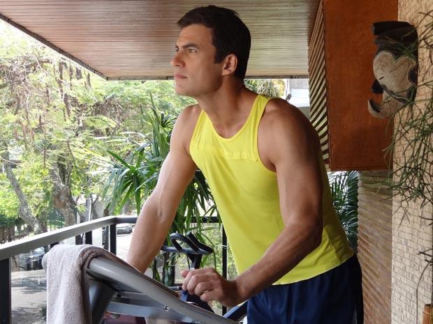 Juan Guilherme espia Letícia enquanto corre na esteira (Foto: Fina Estampa/TV Globo)