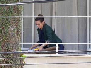 A professora está no prédio ao lado (Foto: Fina Estampa/TV Globo)