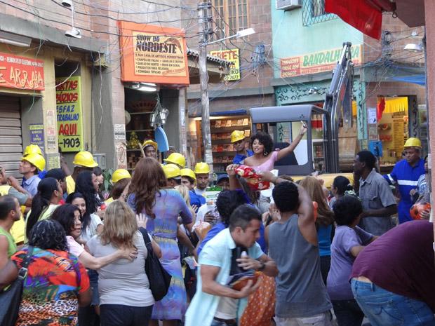 Sarita anuncia para os moradores que o Covil do Bagre está a salvo (Foto: Aquele Beijo/ TV Globo)