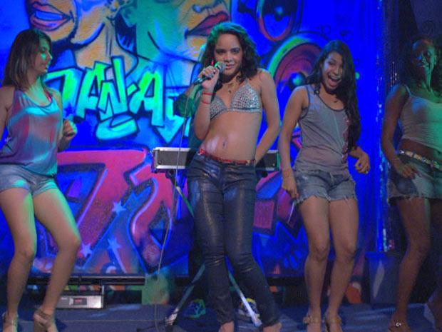 Solange canta, dança e agita a galera no baile funk (Foto: Fina Estampa/TV Globo)