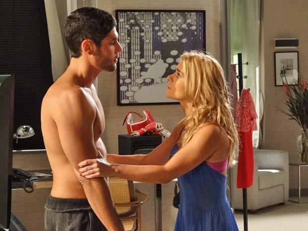 Teodora fica desesperada ao saber que Wallace tem problema no coração (Foto: Fina Estampa/TV Globo)