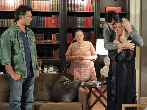 Ícaro ampara Naomi após ela ter mais uma alucinação (Foto: Morde & Assopra/TV Globo)