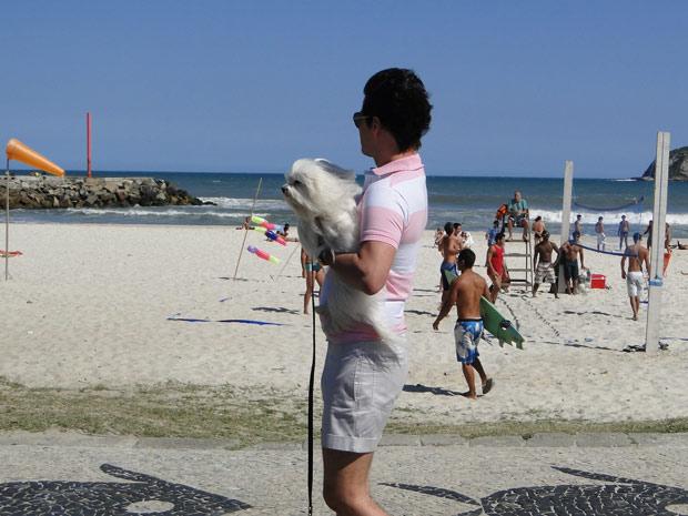 O mordomo é ignorado pelos fortões da rede ao passear com Doce e Cabana (Foto: Fina Estampa/TV Globo)