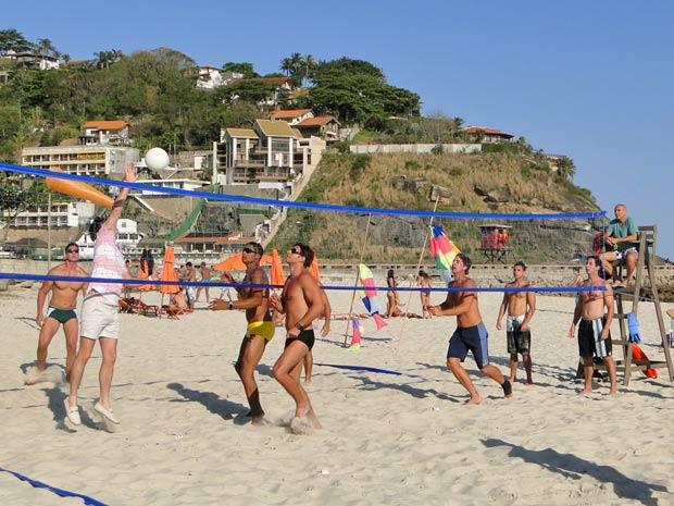 Crô interrompe o jogo de vôlei e entra em ação (Foto: Fina Estampa/TV Globo)
