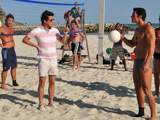 Crô propõe desafio à galera do vôlei (Foto: Fina Estampa/TV Globo)
